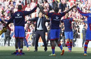 Levante's coach Joaquin Caparros and his players celebrate their victory against Atletico de Madrid at theCiutat de Valencia stadium in Valencia, Spain, on Sunday, May 4, 2014.